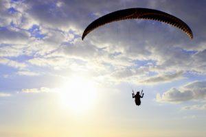 自由に飛ぶパラグライダー