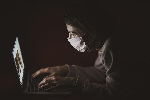 マスクをしてリモートワークをする人
