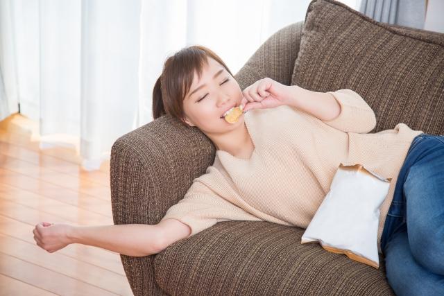 寝ながらポテトチップスを食べる人