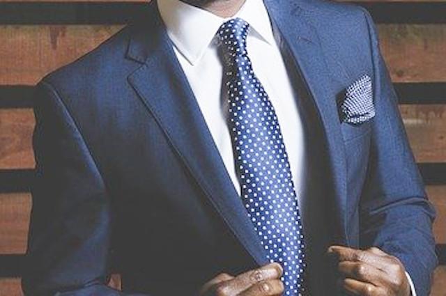 青いスーツとネクタイ